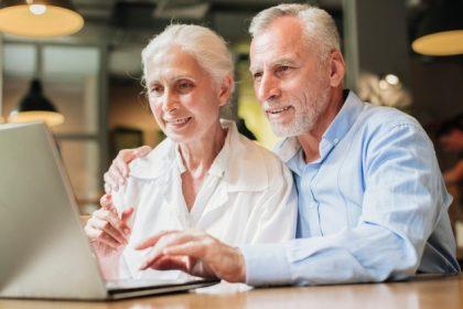 coppia di anziani al computer