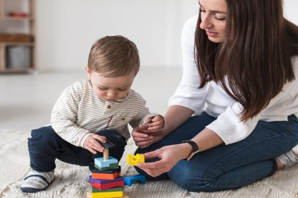 bambino che gioca con mamma