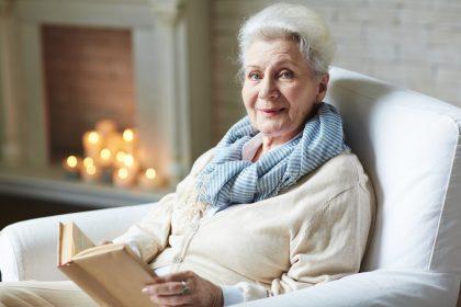 anziana che legge un libro