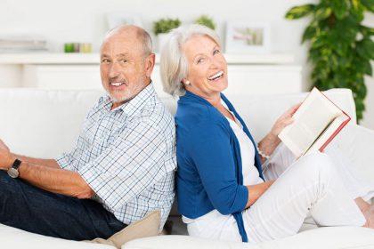 anziani che leggono